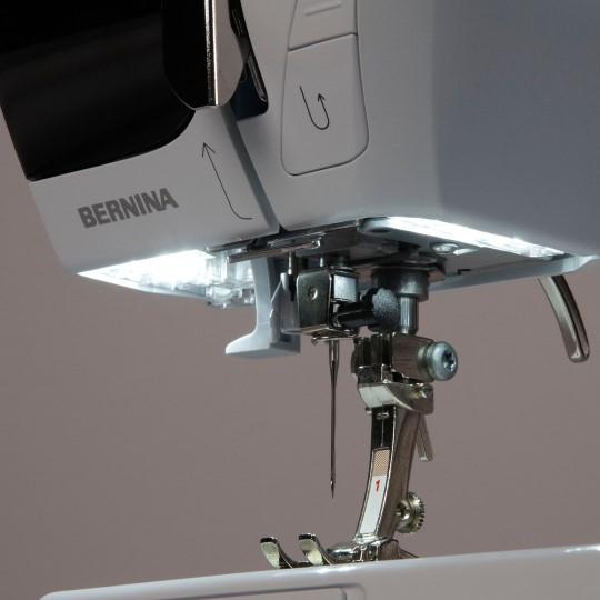 Яркая светодиодная подсветка для еще большего комфорта при шитье